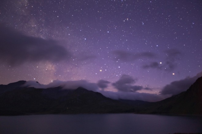 Marte e Saturno (sulla destra) dopo il tramonto sul lago del Moncenisio. Estate 2014.