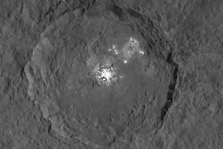 Il cratere Occator e i punti luminosi al suo interno ripresi con una risoluzione di 140 m per pixel. Crediti: NASA/JPL-Caltech/UCLA/MPS/DLR/IDA
