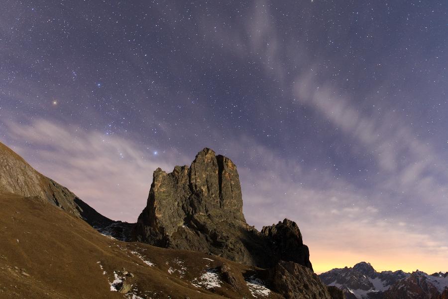 Orione sorge dal colle Greguri, dietro Rocca Castello (val Maira).