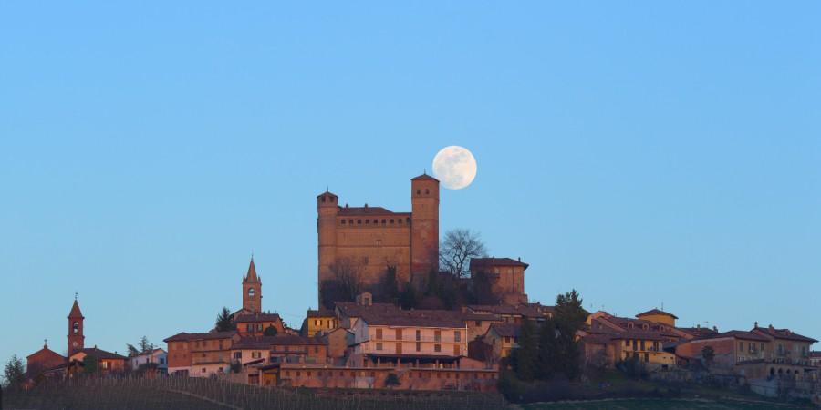 La Luna sorge dietro il castello di Serralunga d'Alba.