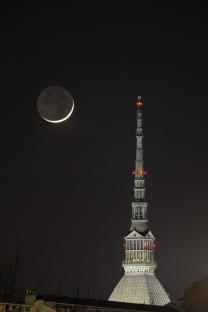 La Mole Antonelliana affiancata da una falce di Luna crescente.