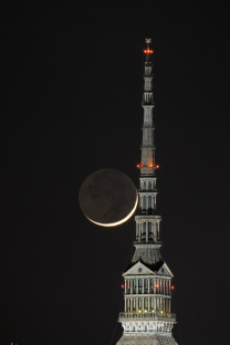 "La Luna crescente ""bacia"" la Mole Antonelliana"