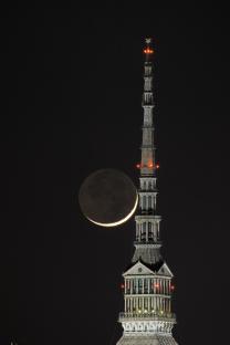 """La Luna crescente """"bacia"""" la Mole Antonelliana"""