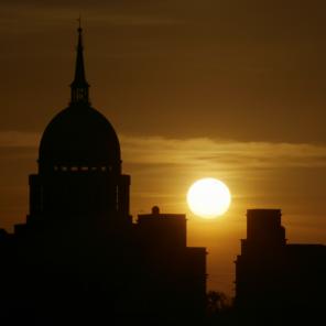 Venere transita sul disco del Sole, mentre questo sorge dietro la Basilica di Don Bosco (Castelnuovo Don Bosco - AT).