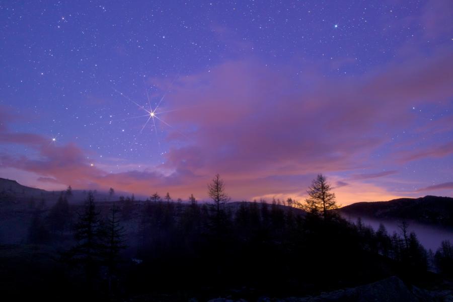 Marte e Saturno sorgono dietro il Colle della Lombarda (Vinadio - Cuneo) sul finire del crepuscolo.