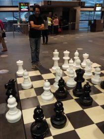 Partita a scacchi giganti in attesa di imbarcarsi sul primo volo del ritorno (per la cronaca, sono convinto che Babak mi abbia lasciato vincere).