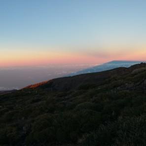 L; ombra dell'isola al tramonto e raggi anticrepuscolari (panorama con smartphone mentre la macchina seria era impegnata in un time lapse).