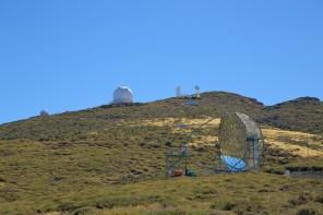 L'osservatorio di Roque de Los Muchachos con in primo piano uno dei due telescopi MAGIC.