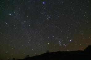 Orione sorge dietro le cupole di Roque de Los Muchachos.