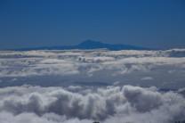 L'isola di Tenerife con il Pico del Teide in lontananza.