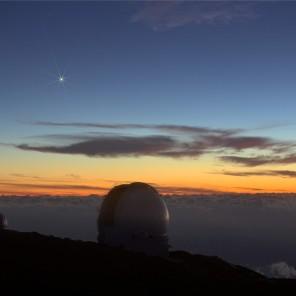 Venere sopra le cupole dei telescopi Herschel e GranTeCan.