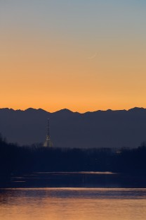 Il Po, la Mole Antonelliana e una sottile falce di Luna al tramonto.