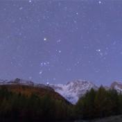 Orione tramonta dietro il Monte Rosa poco prima dell'alba.