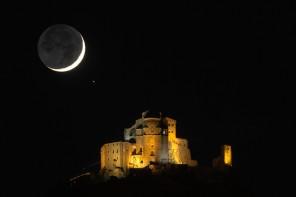Luna crescente Sacra di San Michele e Aldebaran