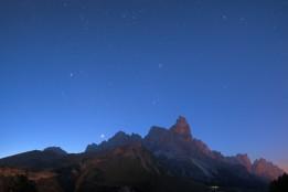 Venere e le costellazioni del Toro e dell'Auriga sorgono da dietro le Pale di San Martino alle prime luci dell'alba.