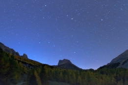 L'asterismo del Grande Carro sfiora i pinnacoli di roccia del Grand Seru, in Valle Stretta.
