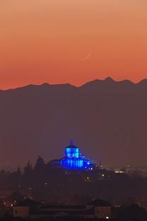 Una sottilissima falce di Luna sopra il Monte dei Cappuccini.