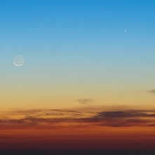 Luna calante, Venere (al centro) e Giove (a destra in alto) nelle luci del crepuscolo mattutino.