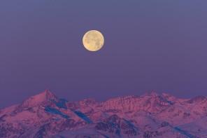Super Luna e Alpi al sorgere del Sole