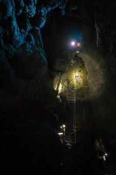 Esplorando Cave Vatnshellir, una grotta creata da un fiume di lava sotterraneo.