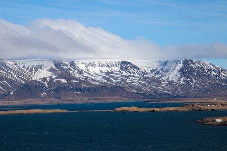 Molti dei monti islandesi presentano un plateau in vetta a causa dell'azione erosiva e del peso dei ghiacciai,