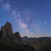Particolare del panorama, con le rocche Castello e Provenzale, il centro della Via Lattea e Saturno.