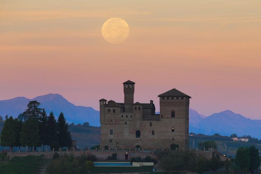 La Luna piena tramonta dietro il Castello di Grinzane Cavour.