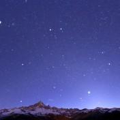 Orione e le costellazioni invernali tramontano dietro il Monviso, accompagnate da Venere e Giove.
