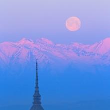 Luna piena e Mole Antonelliana al sorgere del Sole.