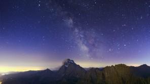 Panorama notturno con il Monviso che svetta dalla catena alpina. Sullo sfondo la Via Lattea con le costellazioni estive e Saturno sulla destra.