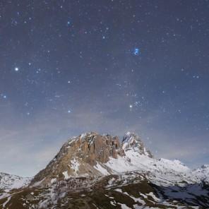 Le costellazioni di Toro e Auriga sorgono dietro Rocca La Meja al chiaro di Luna.