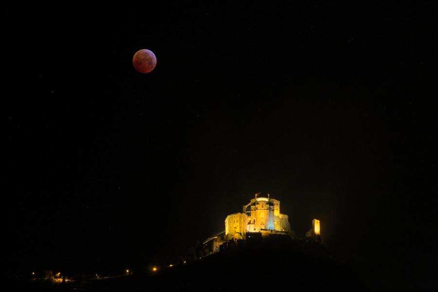 luna eclissi e sacra largo campo