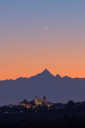 Una falce di Luna crescente, il profilo del Monviso e la chiesa di Santa Maria della Neve di Pecetto Torinese quasi perfettamente allineati.