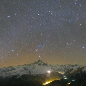 Panorama della valle Po con le costellazioni invernali sul Monviso e la cometa 46/P Wirtanen nel Toro. Per una versione dell'immagine con didascalie clicca qui.