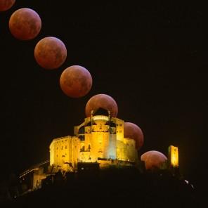 La Luna in eclissi tramonta dietro la Sacra di San Michele.