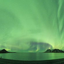 Il cielo quasi completamante invaso dall'aurora boreale.