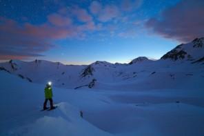 Crepuscolo dal colle Valcavera, con le costellazioni del Cane Maggiore, Orione e Toro che tramontano dietro le cime innevate della Valle Stura e dell'altipiano della Gardetta.
