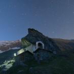 Il Santuario di San Besso (val Soana) sotto il cielo stellato al crepuscolo.