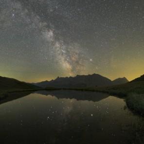 Il cielo estivo e le cime del Queyras si specchiano nelle acque placide del laghetto sotto il col Bousson.