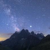 Giove, Saturno e il centro della Via Lattea sopra il mont Pelvoux alle ultime luci del crepuscolo. Per una versione con didascalie clicca qui.