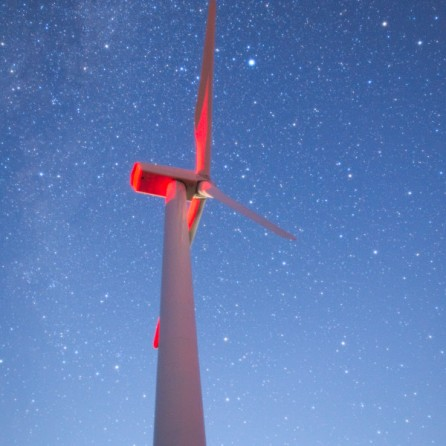 Vega tra le pale di una turbina eolica.
