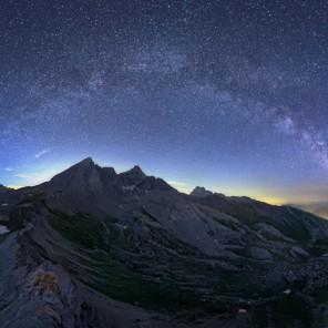 Giove e l'arco della Via Lattea sopra le cime dei monti che sovrastano il Colle dell'Agnello alle ultime luci del crepuscolo.