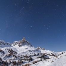 Il triangolo estivo sopra la Main de Crepin e il massiccio dei Cerces al chiaro di Luna.