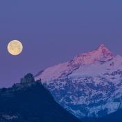 La prima Luna piena del 2020 tramonta dietro La Sacra di San Michele e il Rocciamelone al sorgere del Sole.