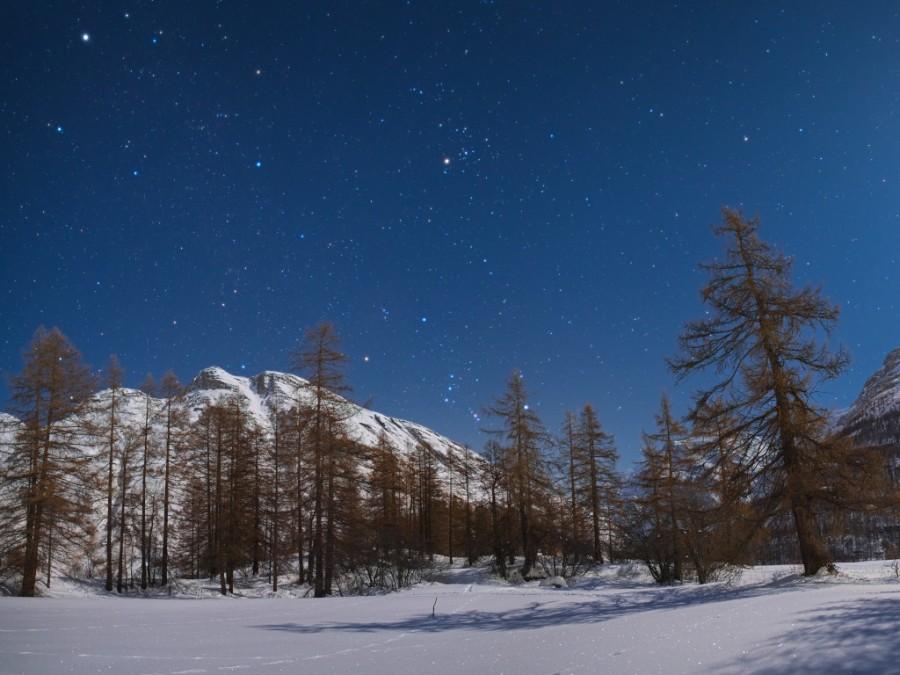 Cielo stellato montagne chiaro di Luna
