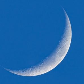 Un falce di Luna nel cielo diurno, poco prima del tramonto.