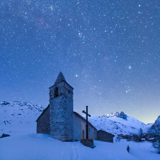 Il villaggio di Avérole sotto il cielo stellato.