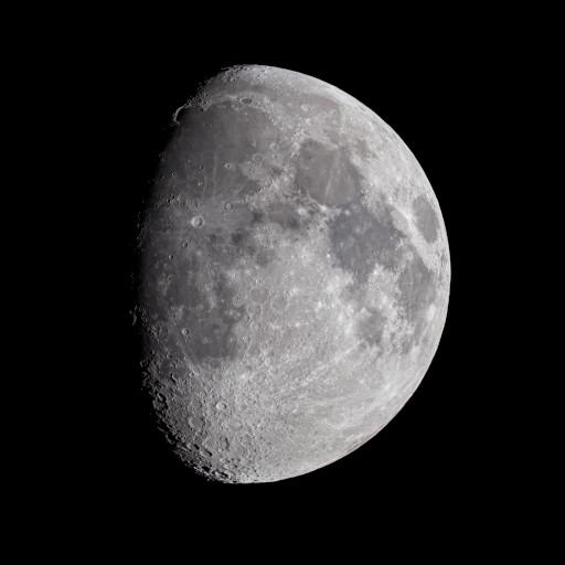 Luna gibbosa crescente.