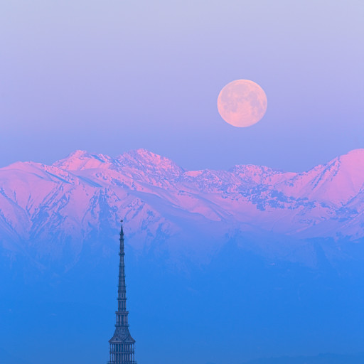 Mole Antoneliana e Luna piena all'alba.