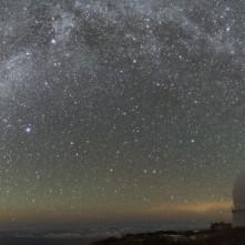 L'arco della Via Lattea sopra il telescopio Herschel a Roque de Los Muchachos.